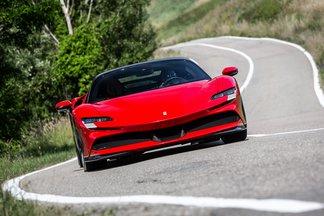 Οδηγούμε την ισχυρότερη Ferrari όλων των εποχών. Την plug-in υβριδική SF-90